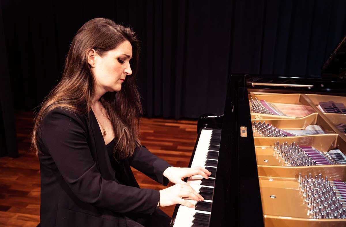 Froh,  wieder einmal in Böblingen spielen zu dürfen: Elena Kolesnitschenko am Sauterflügel im Württembergsaal. Foto: Stefanie Schlecht/Stefanie Schlecht