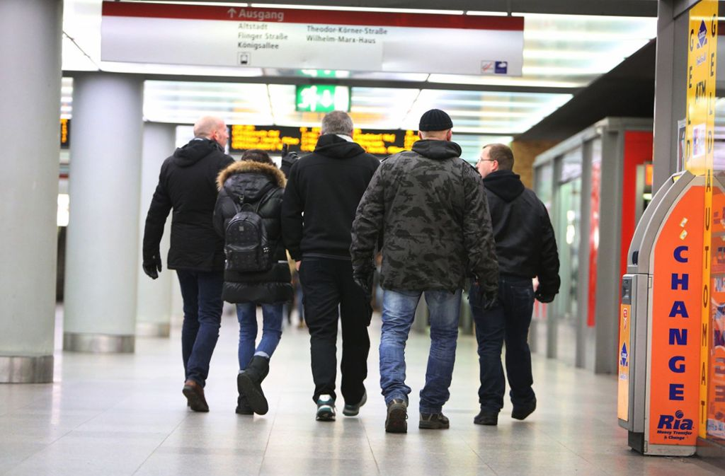 Sympathisanten einer Düsseldorfer Bürgerwehr sind in der Stadt unterwegs. (Archivbild) Foto: dpa/David Young
