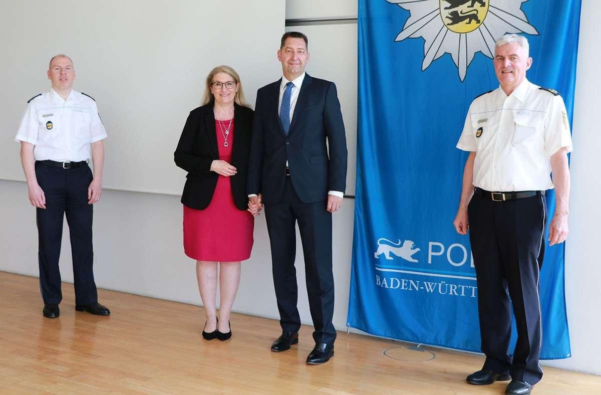 Mathias Bölle mit Frau bei seiner Verabschiedung durch Polizeipräsident Burkhard Metzger (rechts) und Polizeivizepräsident Frank Spitzmüller (links). Foto: Polizeipräsidium Ludwigsburg/Polizeipräsidium Ludwigsburg