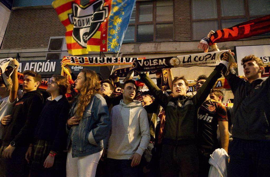 Fans des FC Valencia versammelten sich vor dem Stadion. Foto: imago images/Cordon Press/Miguelez Sports/Xisco Navarro