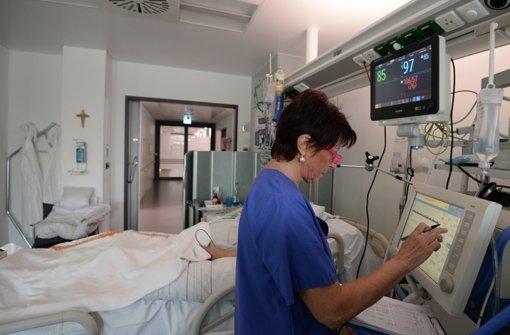 Die Intensivpflege ist fordernd und mitunter emotional belastend – auch deshalb hören viele Mitarbeiter auf. Foto: dpa