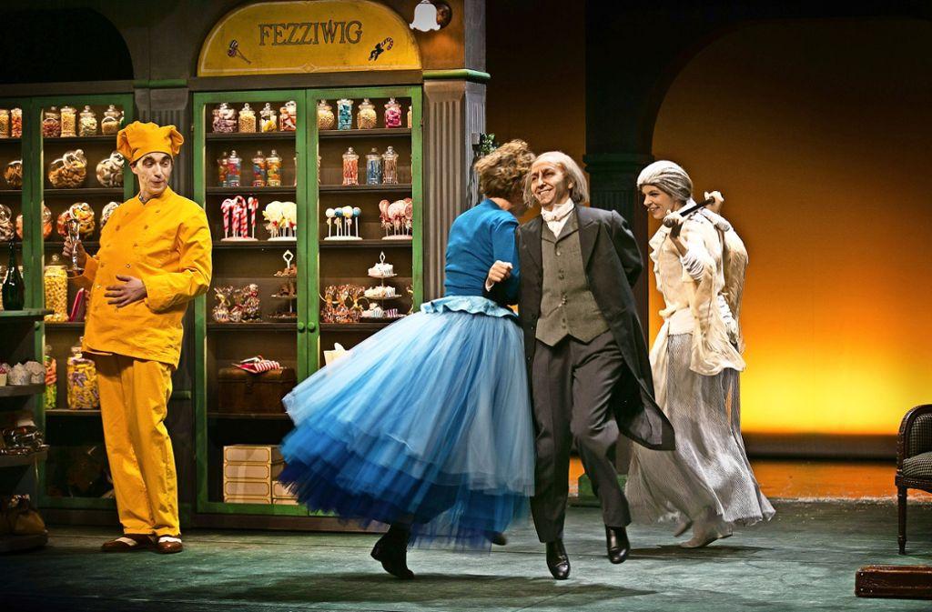 Es geht doch: Ebenezer Scrooge (Elif Veyisoglu)  wagt ein Tänzchen in seinem Laden. Foto: Ines Rudel