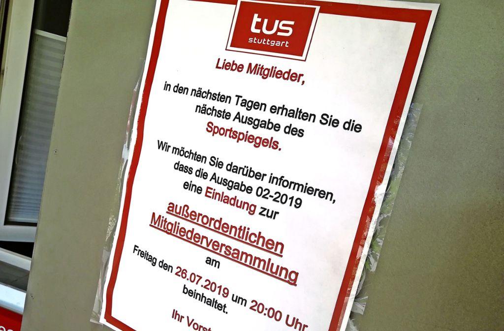 Unter anderem per Aushang an den Sportstätten ist in den vergangenen Wochen auf die anstehende Mitgliederversammlung des Tus Stuttgart hingewiesen worden. Foto: Ralf Recklies