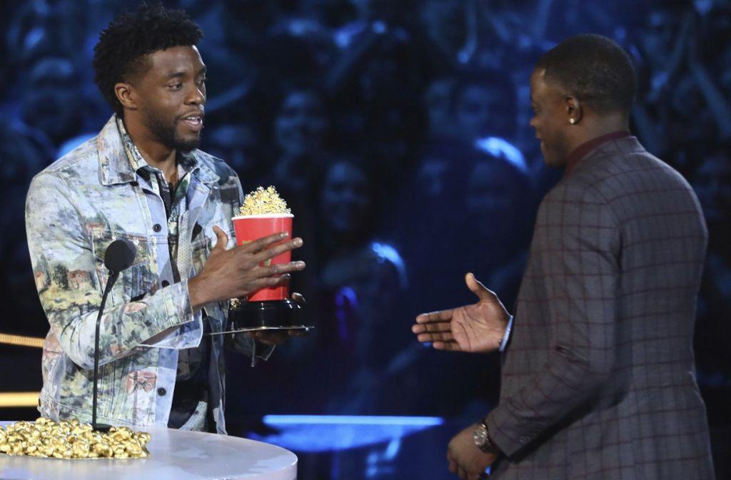 """""""Black Panther""""-Star Chadwick Boseman (li.)  holt bei den MTV Awards James Shaw Jr. auf die Bühne, der im echten Leben einen Amokläufer stoppte. Foto: dpa"""