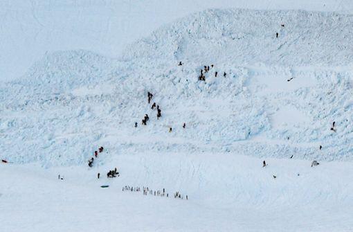 Lawine auf Schweizer Skipiste begräbt Menschen unter sich