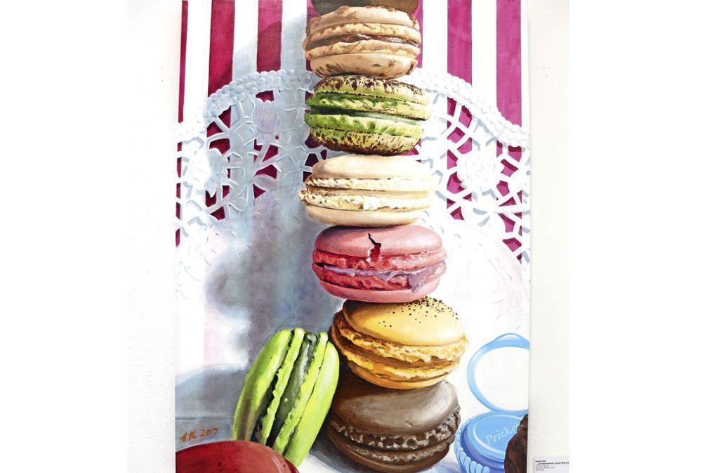""""""". . . unwiderstehlich, diese Macarons"""" – gemalt  von Holde Klis . Foto: Iris Frey"""