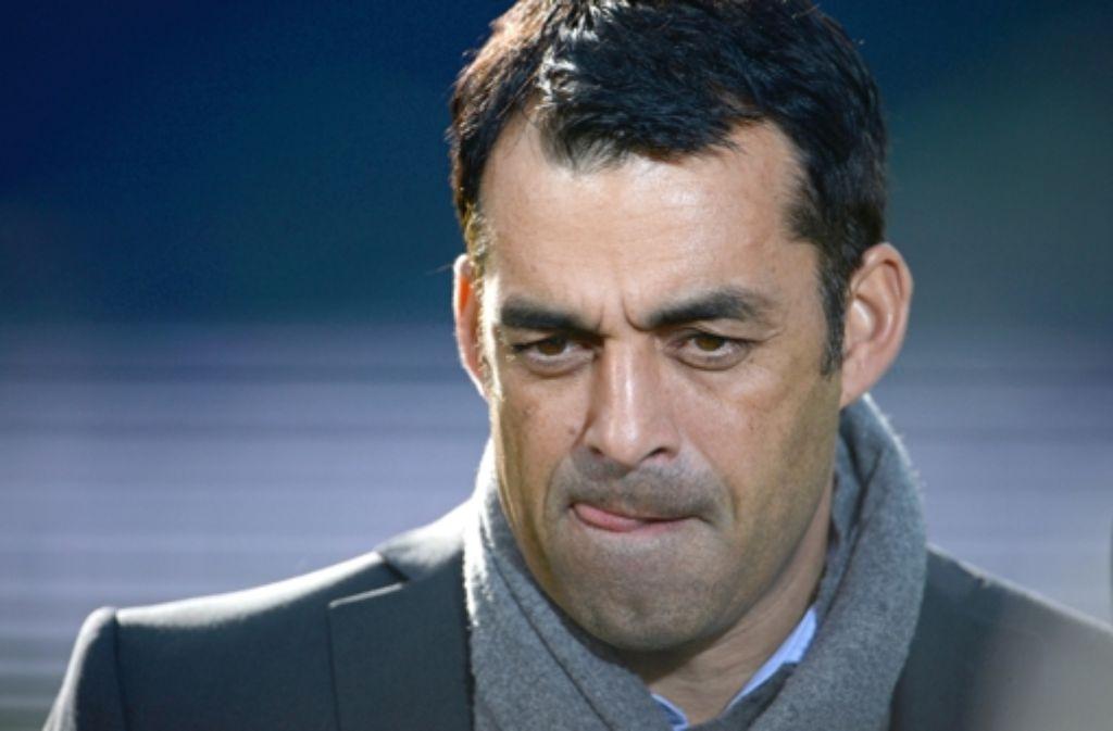 Robin Dutt muss mehrgleisig planen. In der Bilderstrecke zeigen wir, von welchen Spielern sich der VfB trennen will. Foto: dpa