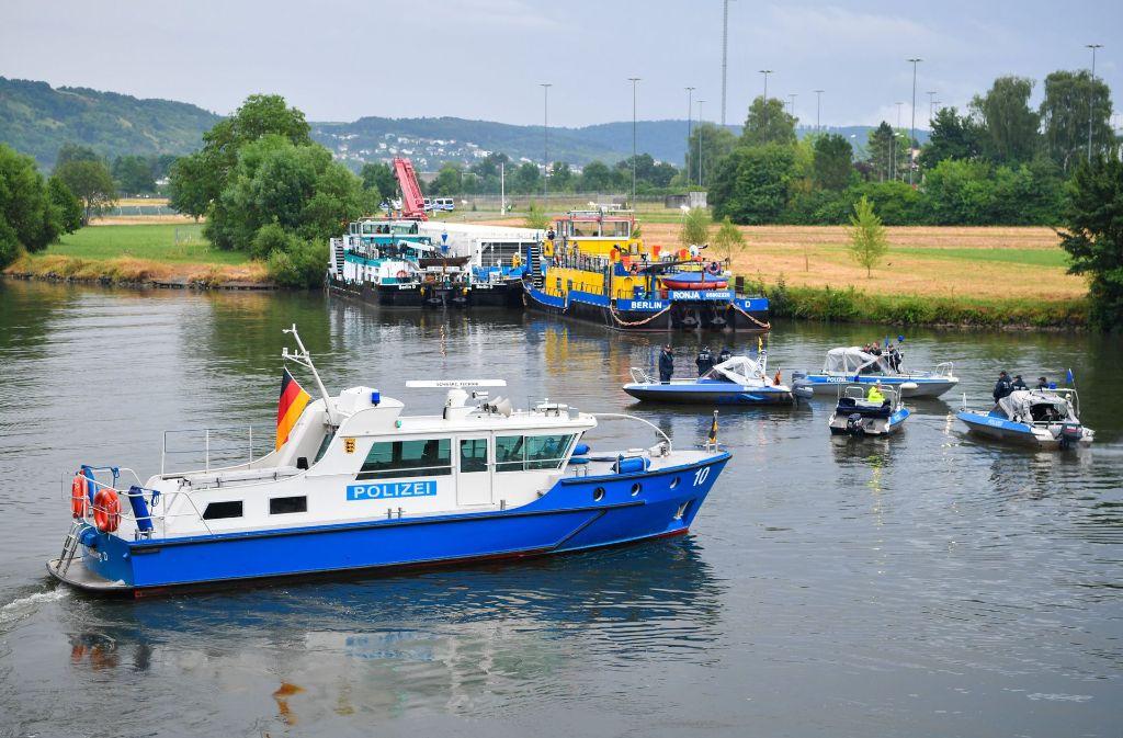 Begleitet von hohen Sicherheitsvorkehrungen ist der Schubverband vor einer Woche in Obrigheim beladen worden. Diesmal fuhr er leer zurück nach Neckarwestheim. Foto: dpa