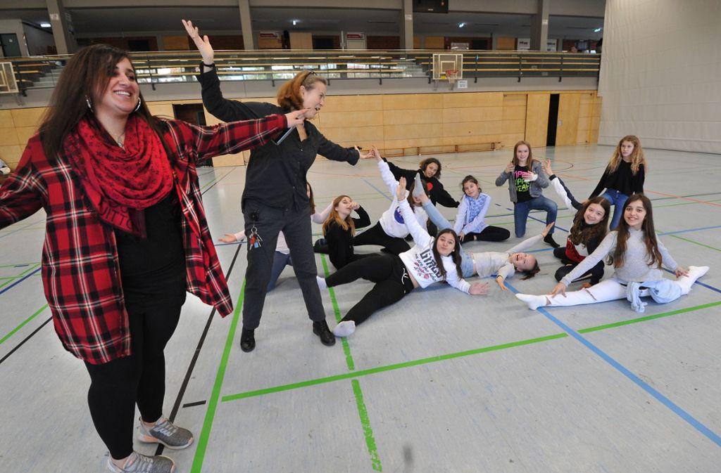 Auch beim Tanzen mit der Sozialarbeiterin in der Turnhalle in Neuhausen lassen sich Probleme lösen. Foto: