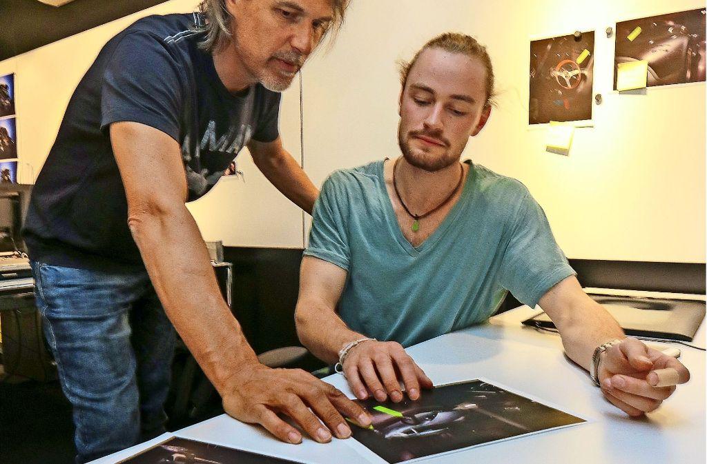Ausbildung zum Fotografen beim berühmten Rene Staud –  der außerdem mit der Handwerkspyramide ausgezeichnet worden ist für eine hervorragende Ausbildung. Azubi Marius Etzel (sitzend) und Ausbilder Uwe Kristandt besprechen die Bilder. Foto: factum/Granville