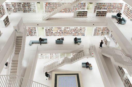 Ein Ort des Zeitvertreibs – die Stadtbibliothek am Samstagabend Foto: Lichtgut/Verena Ecker