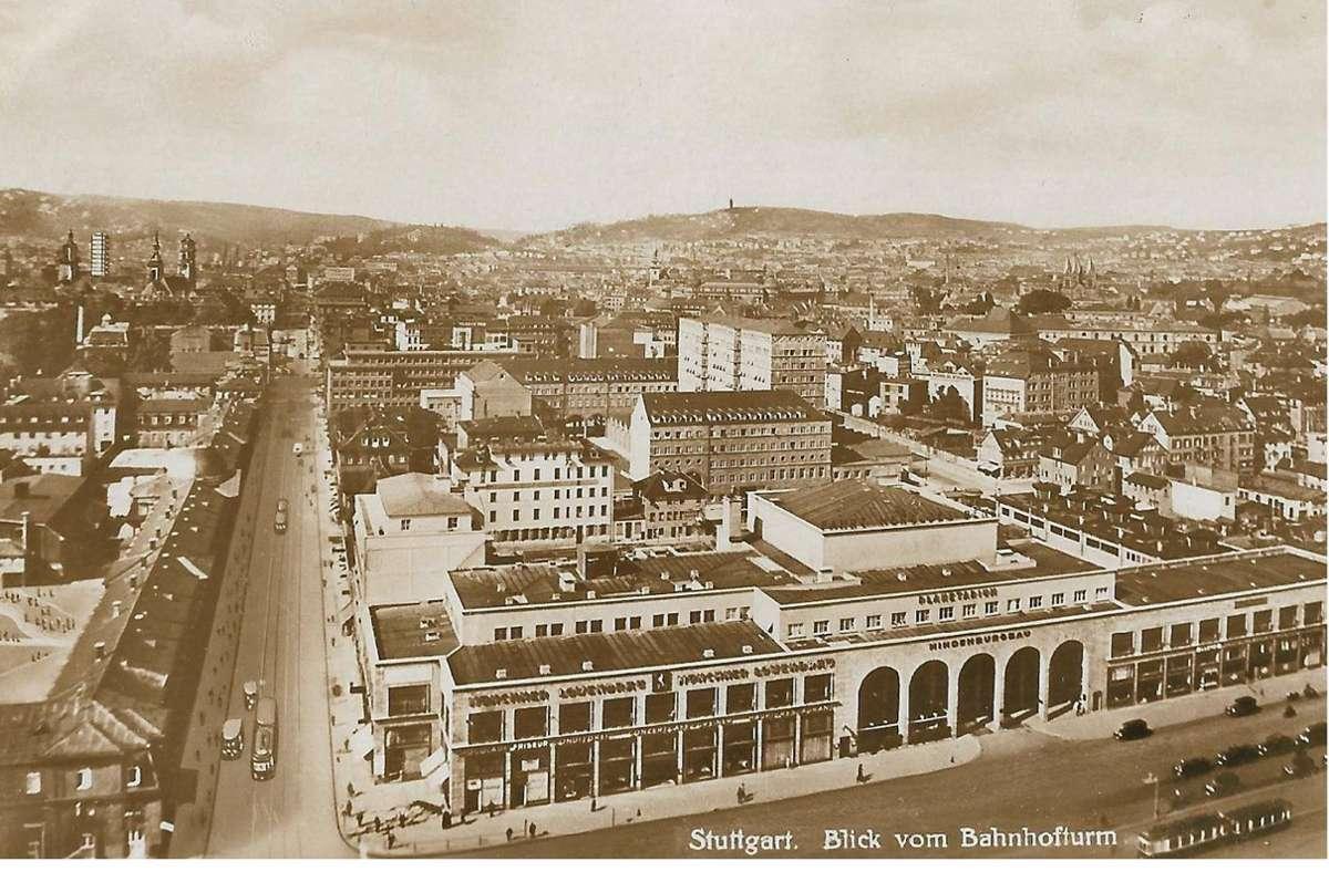 """Blick vom Bahnhofsturm in den späten 1920ern: Auf der Fassade des damaligen Hindenburgbaus ist noch die Schrift """"Planetarium"""" zu lesen. Foto: Sammlung Wibke Wieczorek"""
