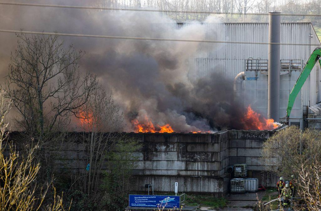 Das Feuer brach auf dem Hof einer einer Recyclingfirma im  Gewerbegebiet Schießtal in Remseck Hochberg aus. Foto: 7aktuell.de/Simon Adomat