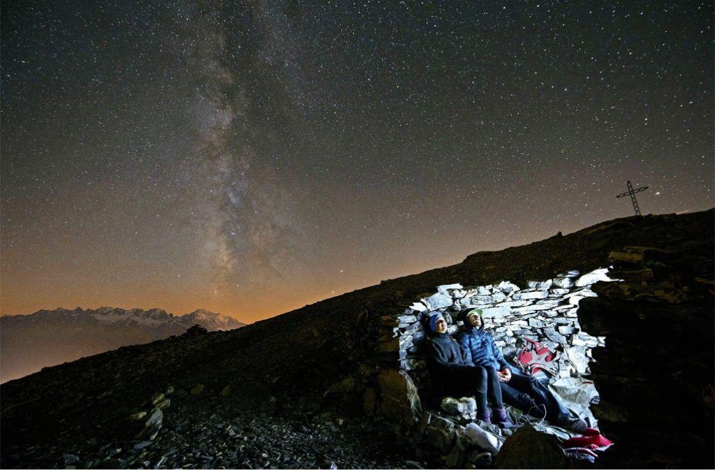 Ein Paar betrachtet die Milchstraße auf dem Gipfel des Grande Dent de Morcles (2969 Meter) in der Schweiz Foto: dpa