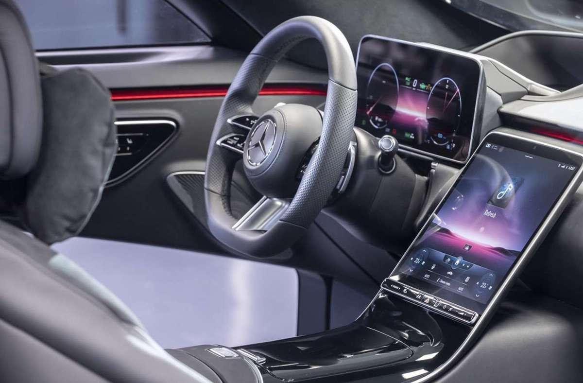 Über das 12,8 Zoll große OLED-Touchscreen lassen sich mittels des Systems MBUX alle Bedienungen des Fahrzeugs steuern. Foto: Mercedes Benz