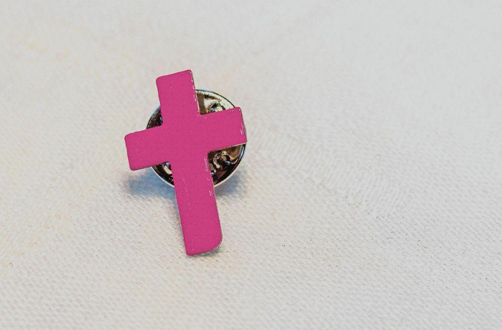 """Das pinkfarbene Kreuz ist das Symbol von """"Maria, schweige nicht"""". Foto: factum/Andreas Weise"""