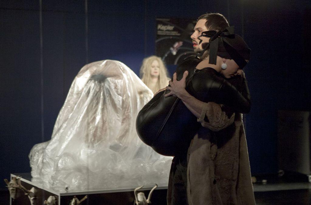 Rituale im Planetarium: Simon Kubat (vorne) und Andrea Leonetti (hinten) Foto: Daniela Wolf