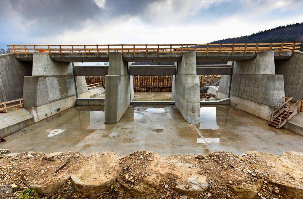 Durch diese Tore soll die Rems bald fließen – und bei Hochwassergefahr aufgehalten werden. Foto: Frank Eppler