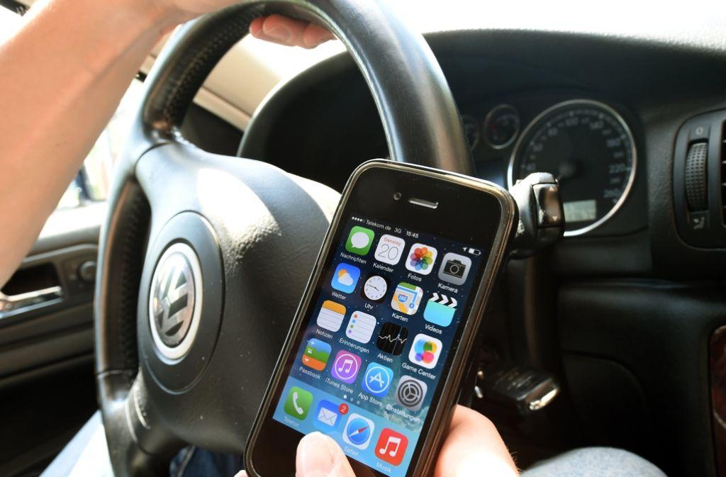 Die Staatsanwaltschaft wollte eine härtere Strafe für die junge Frau, die am Steuer mit ihrem Handy beschäftigt gewesen ist. (Symbolfoto) Foto: dpa