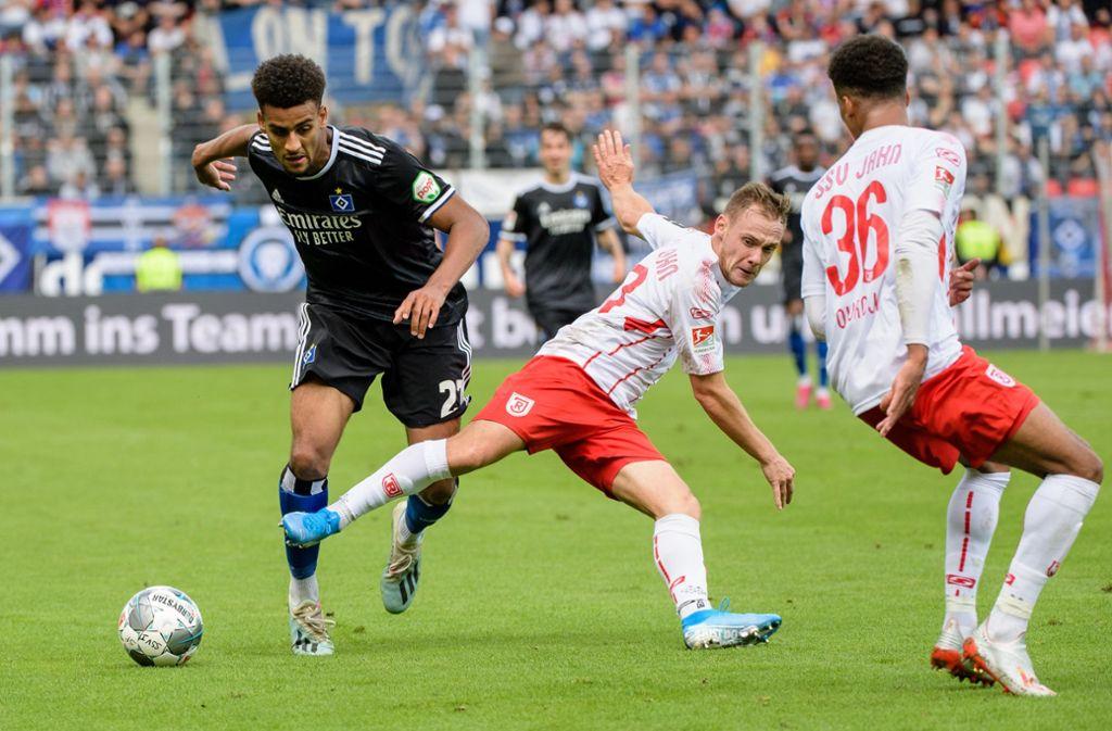 Josha Vagnoman (links) und der HSV kamen in Regensburg nur zu einem 2:2. Foto: dpa/Matthias Balk