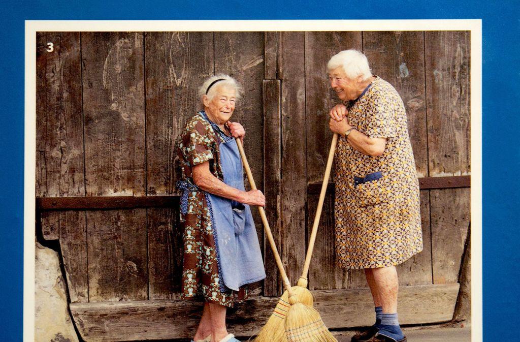 Man kennt sich: Nachbarinnen auf einer Fotografie  aus dem Freilichtmuseum Beuren Foto: /Horst Rudel
