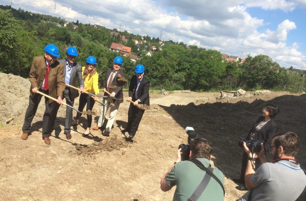 Bauunternehmer Pius Geiger, die Geze-Chefs Marc und Sandra Daniela Alber, Oberbürgermeister Schuler und Geze-Entwicklungschef Birkenmayer (v.l.) Foto: Mader