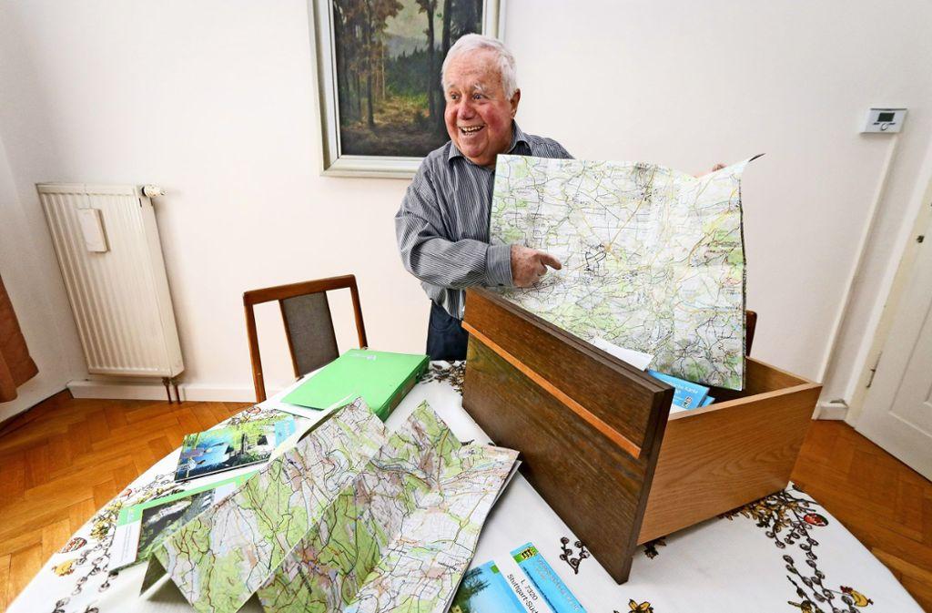 Der Wandersmann und seine Sammlung an Wegekarten aus der Region Foto: factum/Granville