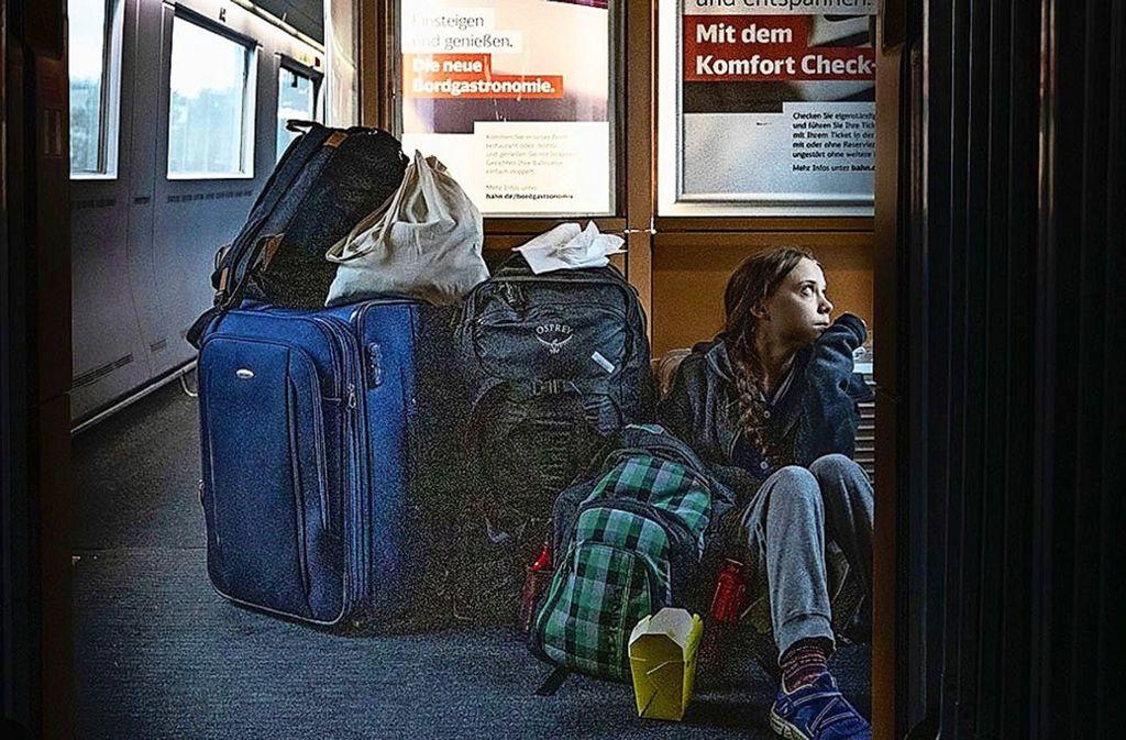 """""""In überfüllten Zügen durch Deutschland"""" twitterte Greta Thunberg. Daraufhin erklärte die Bahn, Thunberg habe  den Komfort der 1. Klasse genossen.  Später stellt sich heraus: Züge waren  ausgefallen, Thunberg saß teilweise im Gang, nur vorübergehend in der 1. Klasse.    Foto: /Twitter/Thunberg"""