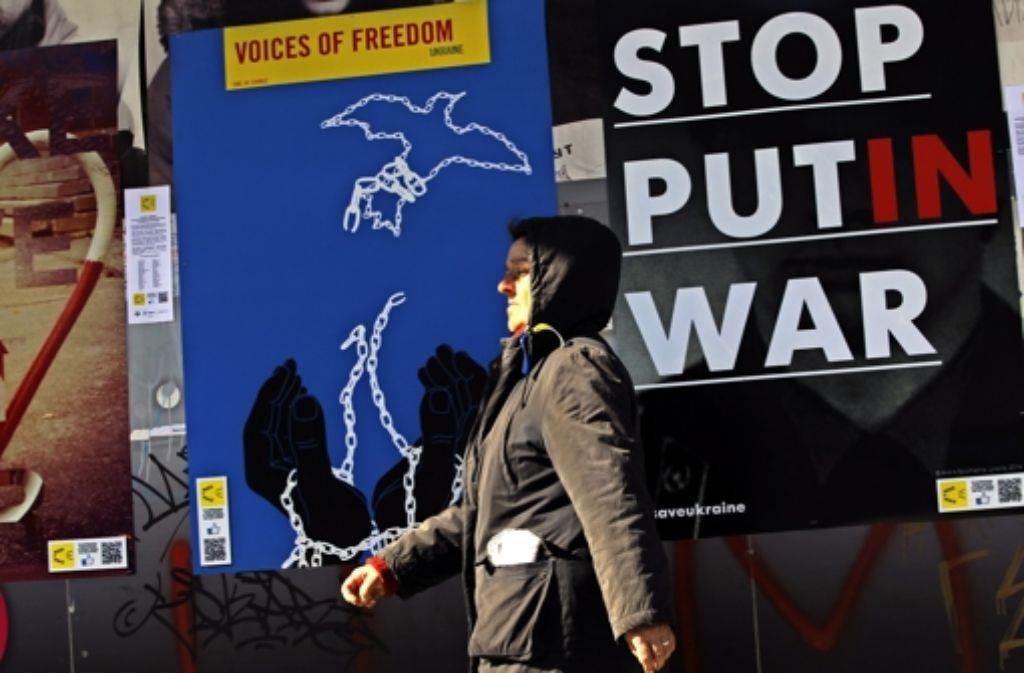 """""""Stoppt Putins Krieg!"""": Designstudenten in Kiew protestieren mit einer Plakataktion gegen die Abspaltung der Krim von der Ukraine. Foto: EPA"""