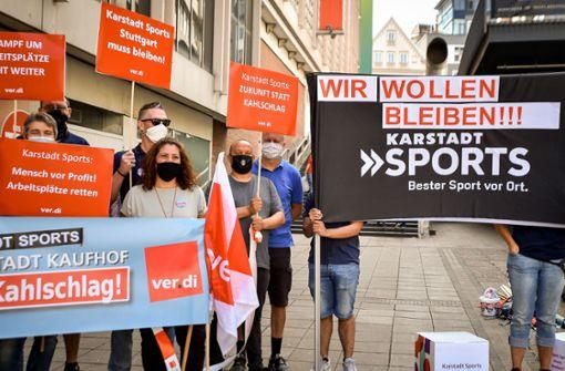 Karstadt-Mitarbeiter gehen gegen geplante Filialschließung auf die Straße