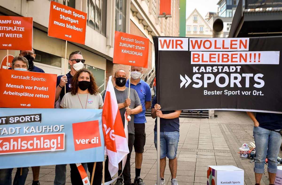 Mitarbeiter der Stuttgarter Karstadt Sports Filiale protestieren gegen die Schließung des Standorts. Foto: Lichtgut/Ferdinando Iannone