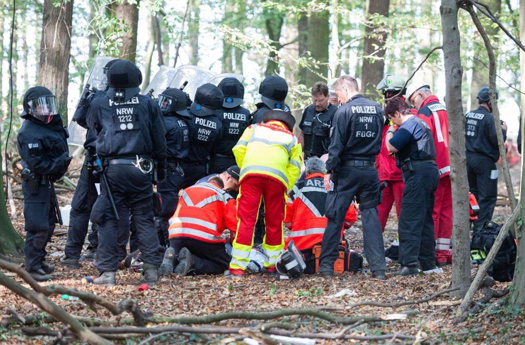 Während der großen Räumungsaktion im Braunkohlerevier Hambacher Forst ist ein Journalist von einer provisorischen Hängebrücke zwischen zwei Baumhäusern in die Tiefe gestürzt. Er verstarb später. Foto: dpa