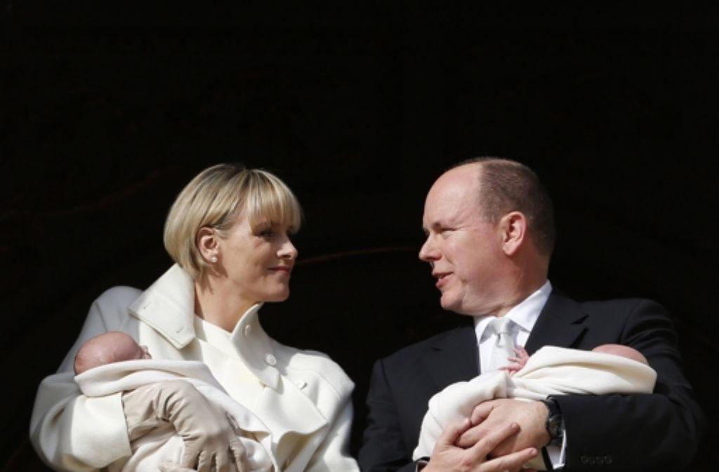 Erster Auftritt von den Eltern Charlène und Albert von Monaco mit ihren Zwillingen Gabriella und Jacques. Foto: dpa