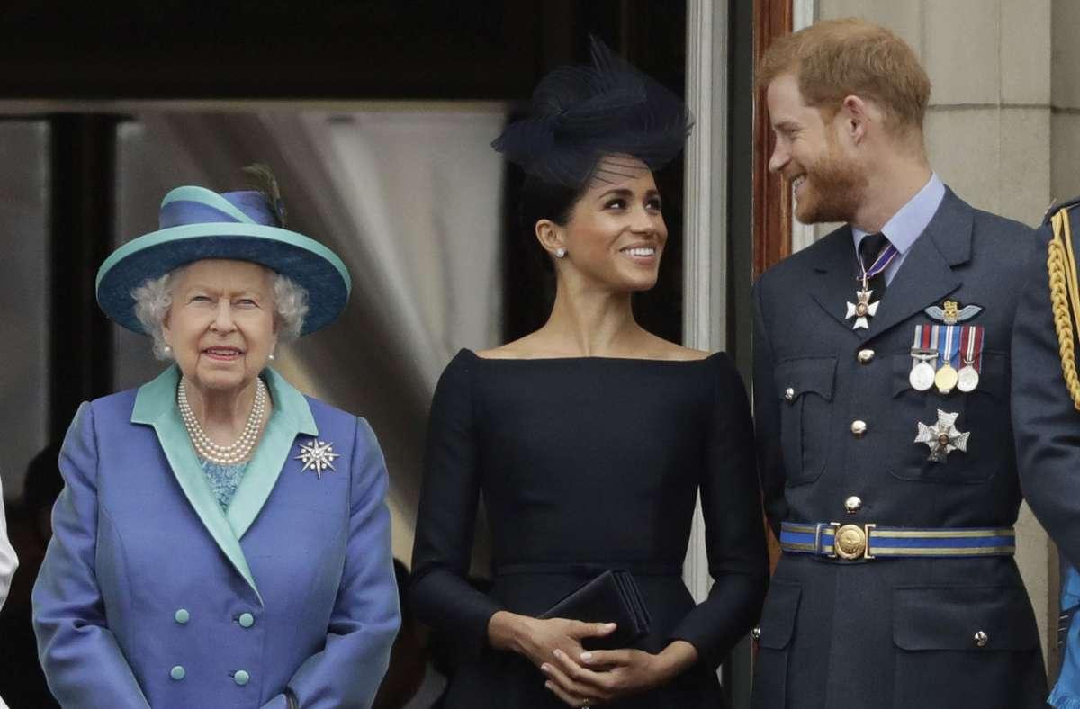 Solche Bilder wird es erst einmal nicht mehr geben: Die Queen an der Seite von  Meghan und Harry. (Archivbild) Foto: dpa/Matt Dunham