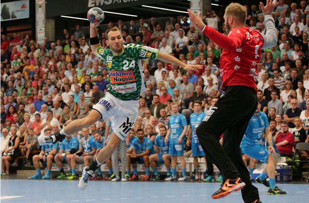 Auch dieses Duell entscheidet das Derby in der EWS-Arena: Göppingens starker Linksaußen Marcel Schiller  trifft elfmal, TVB-Keeper erwischt einen schwachen Tag. Foto: Baumann