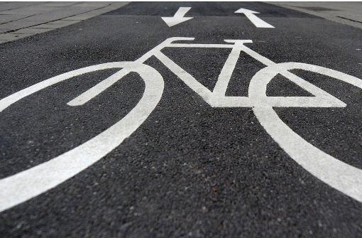 Radfahrer knallt mit Auto zusammen