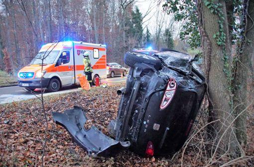 Auto landet nach Zusammenstoß mit Lkw an einem Baum