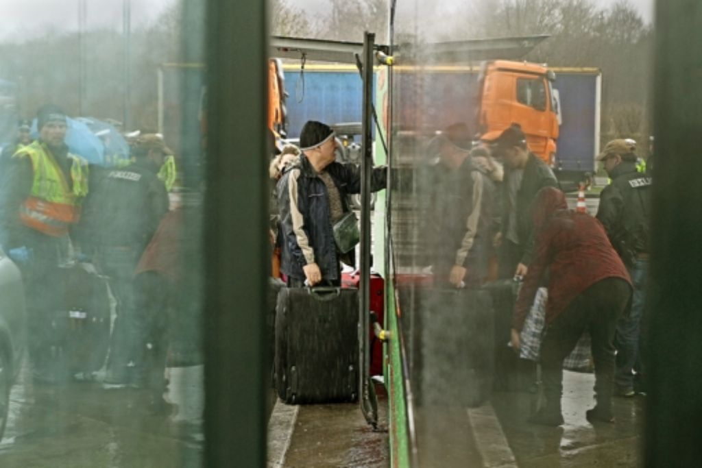 Alle aussteigen und  Koffer zum Röntgencheck bringen: trotz  Regen verschonen  Polizei und Zoll die Reisenden nicht. Foto: factum/Bach