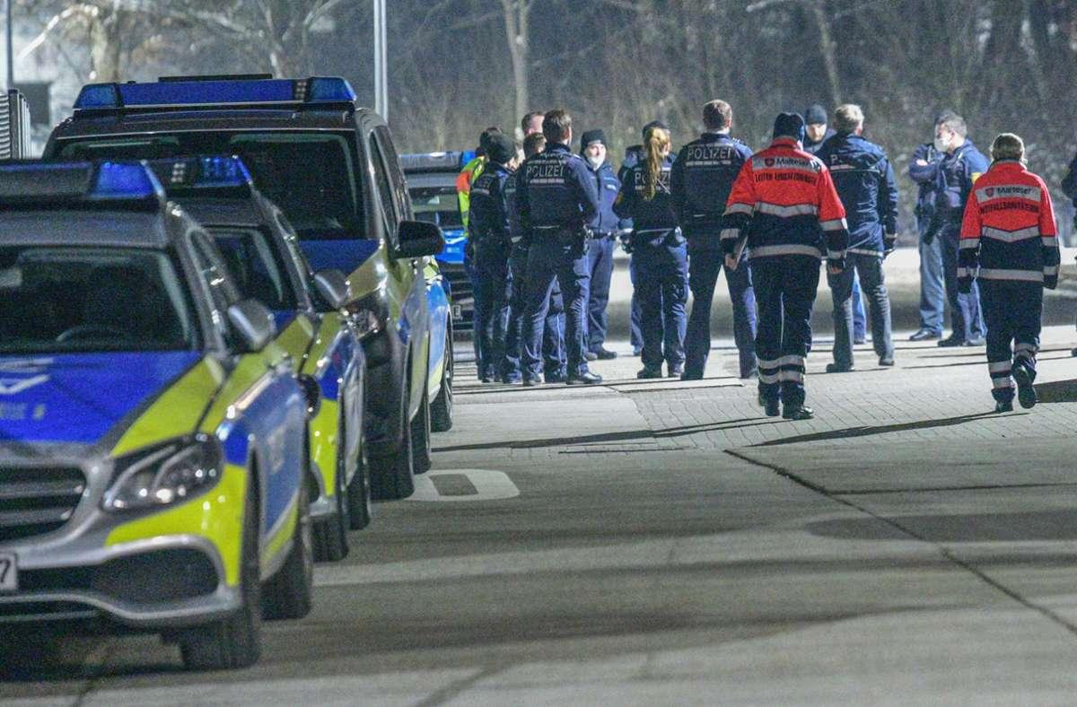 Polizisten nahmen drei Personen vorläufig fest. Foto: dpa/Marius Bulling