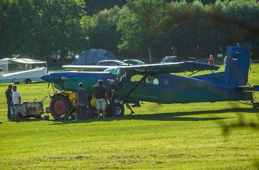 Flugzeug kracht in Traktor - mehrere hunderttausend Euro Schaden