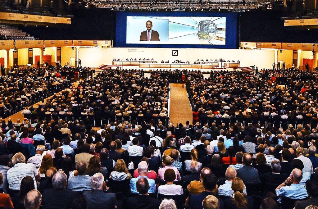 Große Hauptversammlungen –  wie hier bei der Deutschen Bank  – führen regelmäßig zu vollen Hallen. Foto: dpa/Andreas Arnold