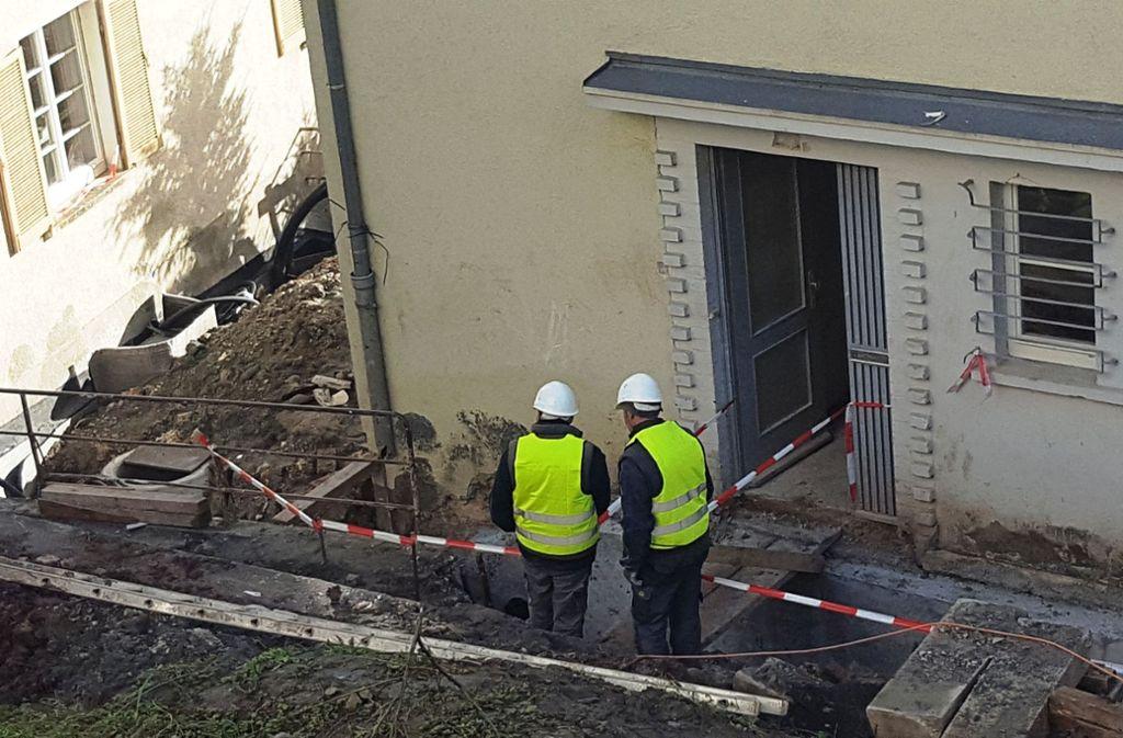 Selbst die Gitter vor den Fenstern sind  original. Die Klinkerverzierung um die Haustüren leuchten nach der Renovierung wieder in Rot. Foto: Wesely