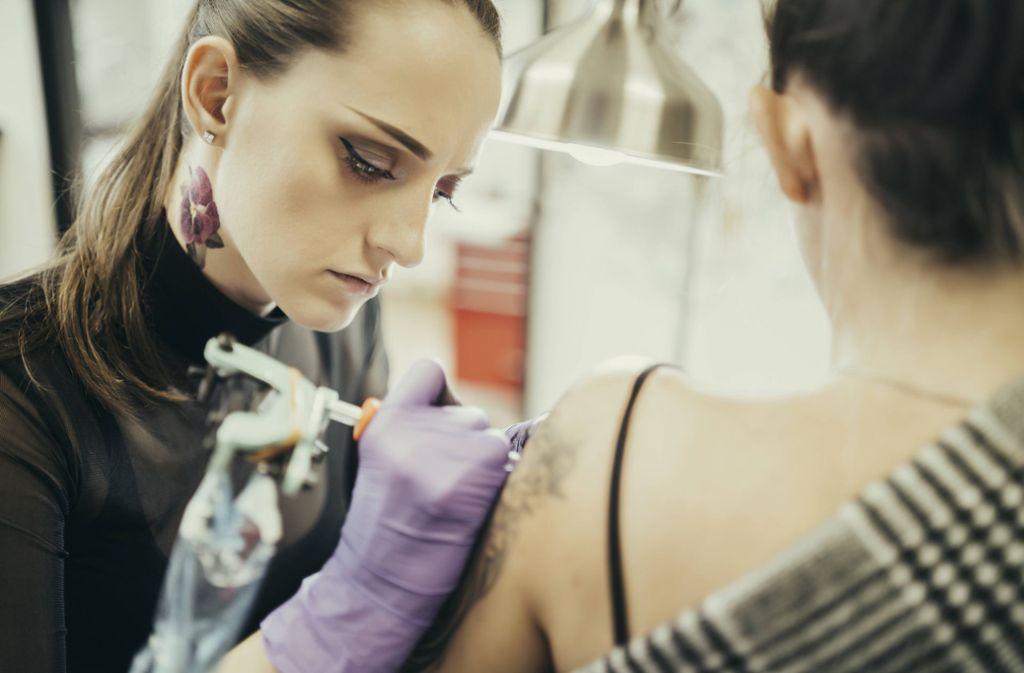 Bei Tattoos gibt es verschiedene Trends. (Symbolbild) Foto: imago images/Westend61/Mikel Taboada via www.imago-images.de