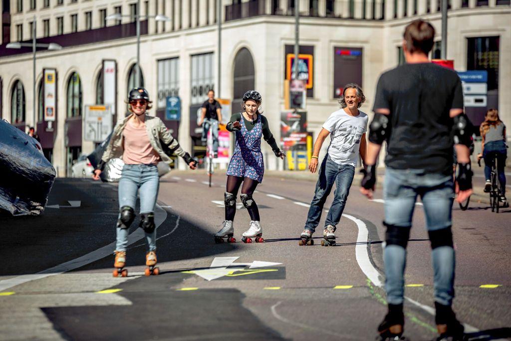 Eine Straße für Rollschuhfahrer: Spaß auf der Paulinenbrücke Foto: Lichtgut/Julian Rettig