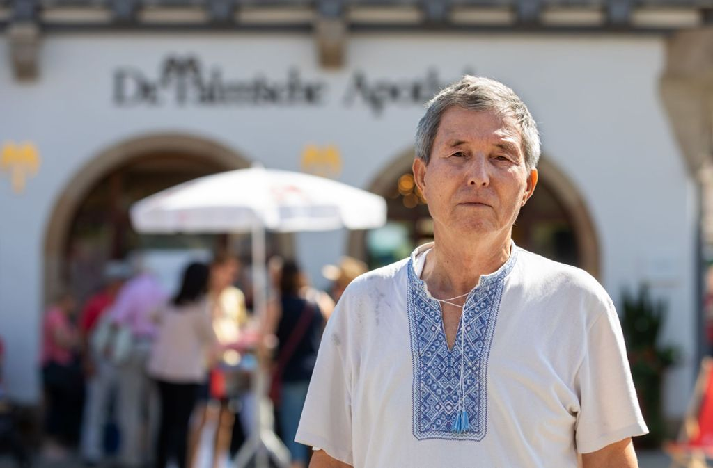 Der usbekische Journalist und Palm-Preisträger Salidjon Abdurakhmanov vor der Palmschen Apotheke in Schorndorf. Foto: Frank Eppler