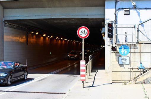 Schilderwald am Flughafentunnel