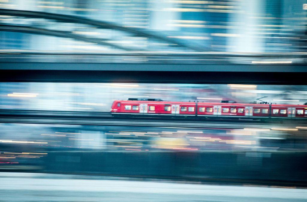 Lebensgefähliche Fahrt: Ein Mann ist auf die Bahn geklettert. Foto: dpa