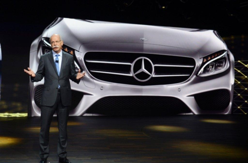 Daimler-Chef Dieter Zetsche mit der neuen C-Klasse in Detroit. Foto: dpa