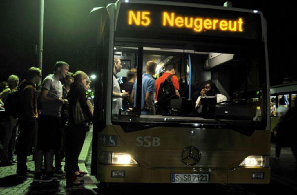 In der Nacht auf Sonntag werden die Uhren von 3 Uhr auf 2 Uhr zurückgestellt. Die Nachtbusse fahren nach Plan. Bei den S-Bahnen kommt in der Stunde der Umstellung pro Linie und Richtung eine Bahn hinzu. Foto: VVS