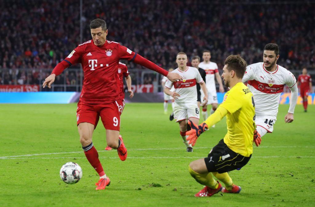 Ron-Robert Zieler (2.v.r.) vom VfB Stuttgart musste beim FC Bayern München viermal hinter sich greifen. Foto: Bongarts